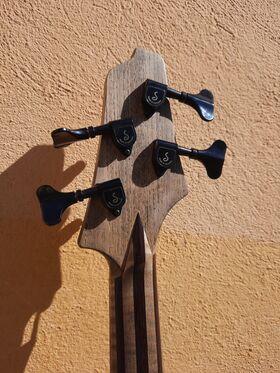 13 custom Instruments - E-Bass Invader 4