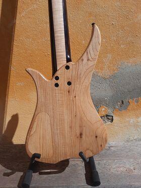"13 custom Instruments - Custom Bass ""Corona 5"""